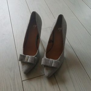 H & M 39 grey pointed bow pumps